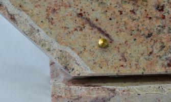 bord-eclate-plaque-funeraire-marbre-granit-pompes-funebres-rey