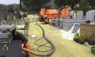 Société d'assainissement retirant l'eau du caveau