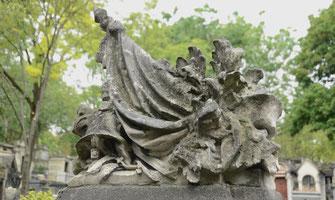 casque-militaire-drapeau-francais-cimetiere-sculpture