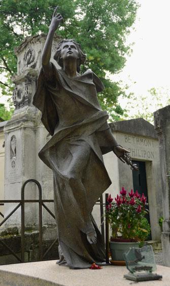 statue-ornement-funeraire-cimetiere-sepulture