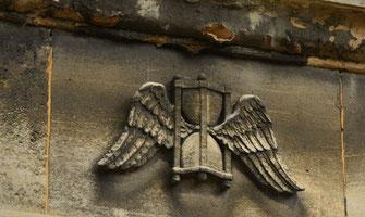 sablier-aile-ange-sculpture-ornement-funeraire