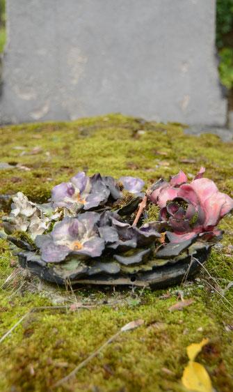 fleur-couronne-ceramique-sepulture-pierre