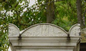 fronton-double-acrotere-monument-funeraire