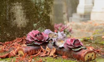 plaque-funeraire-ceramique-croix-fleurs-artificielles