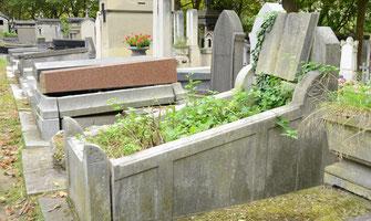 sépulture-entourage-pierre-livre-stele