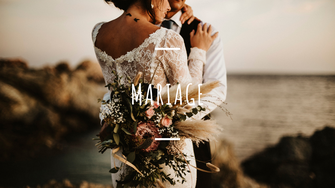 Mariage var île du gaou couple mariés séance couple câlin mer rocher