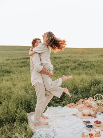 Glücklich kuschelndes Pärchen im Sportauto. Lächelnde Frau spielt mit den HaGlückliches Pärchen beim Picknick.  Mann wirbelt Frau umher. Mini-Hochzeiten Angebot für Covid.Braut Concierge