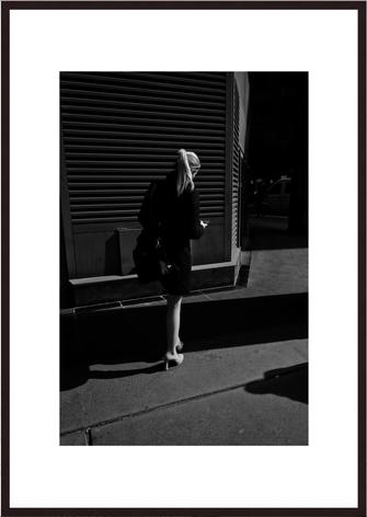Leica Fine Art Print, Motiv: Blond  Woman, London. Diese Fotokunst ist zu kaufen, limitiert, exklusiv und in Galerie- Qualität