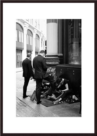 Leica Fine Art Print, Motiv: Schuhputzer, London. Diese Fotokunst ist zu kaufen, limitiert, exklusiv und in Galerie- Qualität