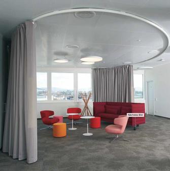 Meetingraum im Durchmesser von 8m von Creation Baumann mit Akustikstoff
