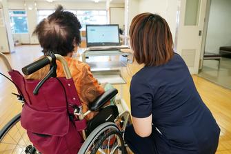 入院患者にバイタルデータを説明