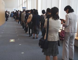 開場を前にシンポジウム会場入口に詰めかけた参加者の皆さん
