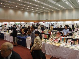 展示場には企業、出版社のブースが並ぶ