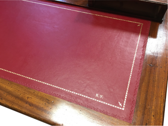 Persoanlised and gold decoration on desk top - Conti Borbone - Fine decoration on leather desk top