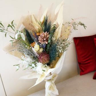 プリザーブドフラワーとドライフラワーを使った花束