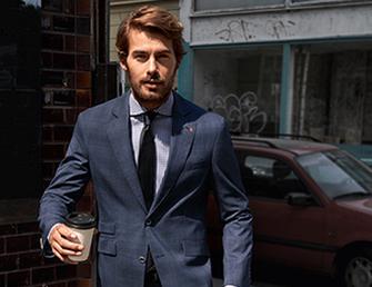 Mann mit Anzug, Hemd und Krawatte