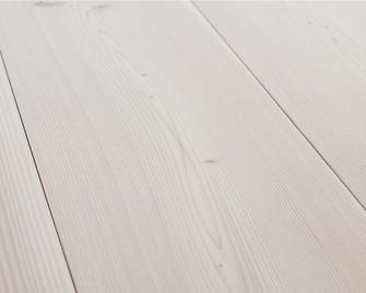 Die Pflege der Holzdielen ist besonders wichtig - pur natur liefert eine Anleitung für die Dielen zu laugen gleich mit.
