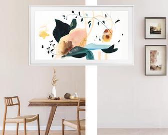 Genießen Sie mit The Frame Fernsehen in brillanter 4K QLED Qualität oder holen Sie sich die inspirierende Schönheit einer Kunstgalerie direkt in dein Wohnzimmer, wenn The Frame ausgeschaltet ist.