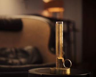 Eine Hommage an die klassische tragbare Öllampe - das ist die Leuchte Visir von Örsjö. Gefertigt aus Messing oder Kupfer, oder auch in schwarz und weiß beschichtet, passt sie bestimmt auch in Ihre Raumgestaltung.