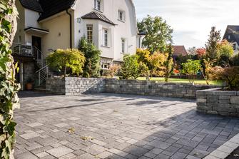 Haus mit einer Einfahrt aus Stein