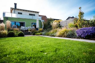 Haus mit einem Garten und einer großen Wiese