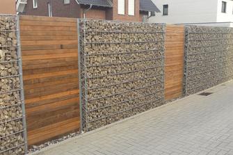 Zaun aus Holz und Steinen