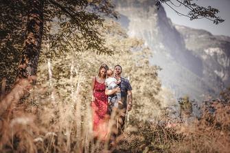 Familien Fotografie Eltern mit Kind vor einer Bergkulisse in Szene gesetzt von der Familien Fotografin Monkeyjolie in Appenzell