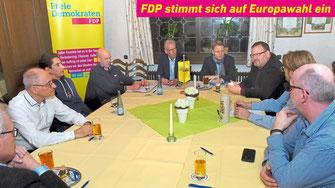 FDP Kandidat zur Europawahl Gregor Schäfer (3.v.r.) aus Lüdinghausen besuchte den Ortsparteitag der Liberalen