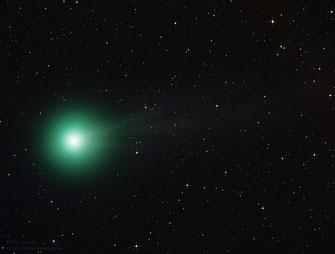 Komet C/2014 Q2 (Lovejoy) nahe der Sternbilder Columba and Lepus (Ende Dezember, bei ~ mag 5.6). Fototgrafiert mit einem WO FLT 132 Refraktor (wikipedia, Paul Stewart)