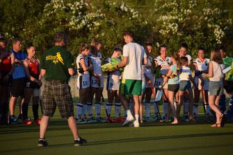 Nach dem letzten Spiel wurden kleine Geschenke zwischen den Nationalspielerinnen und den Tresenwaldern ausgetauscht