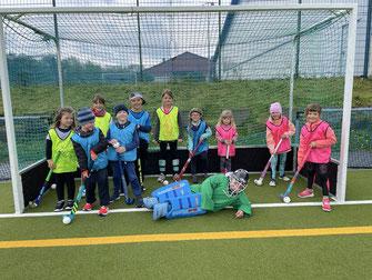 Die Kinder freuen sich, dass Hockeytraining wieder möglich ist