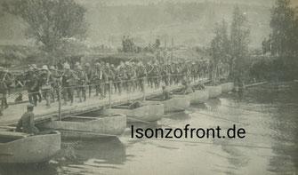 Soldaten des W.G.B. auf dem Vormarsch über einen Gebirgsfluss. Aufnahme aus dem Nachlass E. Rauch. Sammlung Isonzofront.de