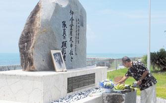 伊舍堂中佐らの顕彰碑に献香する参列者=15日正午ごろ、南ぬ浜町