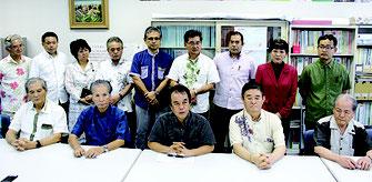 翁長知事の擁立確認を発表する県政与党の県議ら=6日、県議会