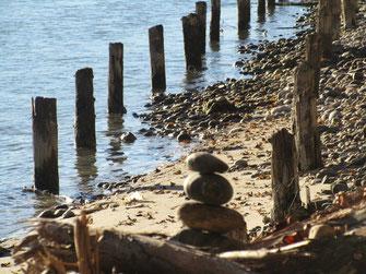 Steinmännchen Fluss Sandbank