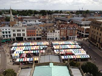 Ausblick von Great St. Mary's auf den Market Hill, Cambridge, UK