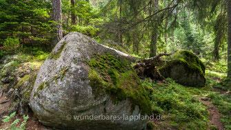Ein Riese und seine Frau, die in Omberg (östlich des Vättersees) wohnten wurden eines Tages vom Riesenvolk in Kinnekulle (westlich des Vättersees) zum Fest eingeladen. Als sie dorthin gingen, stiegen sie über einen großen Graben (Vätternsee ...)