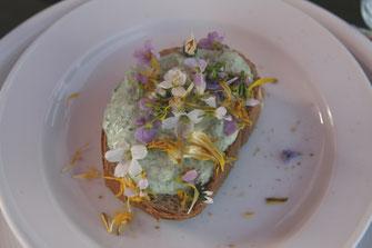 Wildkräuterquark auf Brot