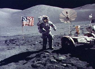 Photo prise depuis le module d'alunissage. Surface de la Lune. Source : wikipédia.