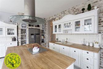 Wohnküche mit Kochinsel - Küche  mit Holzmöbeln einrichten - Planen - Bauen  -  Holzmöbel im Holzhaus - Innenarchitekt - Architekt - Hausplanung - Hausbau
