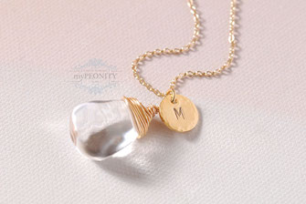 Bergkristall mit Buchstabe Halskette