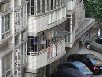 Vergitterte Balkone und Fenster in Guangzhou (Kanton). In Südchina selbstverständlicher Einbruchschutz.