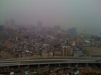 Xiamen, 24. Stock mit Blick aufs Meer, neben der Stadtautobahn, einen Steinwurf von der Uni und von drei Mittelschulen entfernt. Eine schmutzige, laute Wohnung, aber praktisch unbezahlbar.