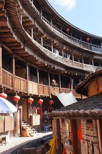 Ein Tulou (Erdhaus) in der Provinz Fujian. Die Dorfgemeinschaft in diesen Gegenden ist aufgrund der Bauweise besonders eng.