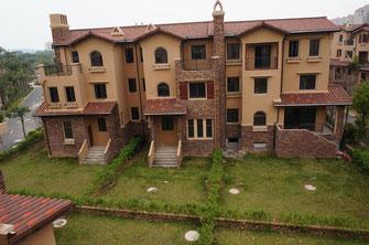Niedliche, nagelneue Reihenhäuser in einer neuen Wohngegend in einem Außenbezirk Xiamens. Weniger als 400 EUR Miete für ein Haus. Der Haken? - Beachten Sie unten das nächste Bild.