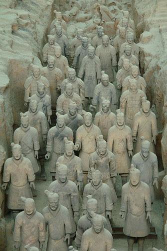 Die Ton-Soldaten von Xian. Der Staat zeigt seine Macht, nach außen und nach innen. Und dabei sind alle Mittel erlaubt.