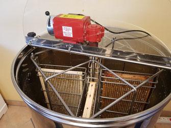 Honigschleuder bereit zum Einsatz in Imkerei Hobbyimkerei