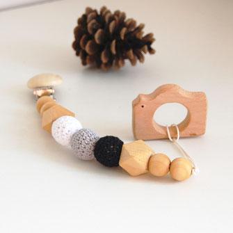 Attache tétine et son anneau dentition appareil photo avec perles en bois brut et crochet coton coloris rose et crème