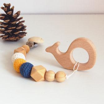 Attache tétine et son anneau dentition baleine avec perles en bois brut et crochet coton coloris bleu et blanc
