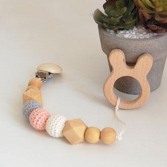 Attache tétine et son anneau dentition lapin avec perles en bois brut et crochet coton coloris blanc, gris clair et noir